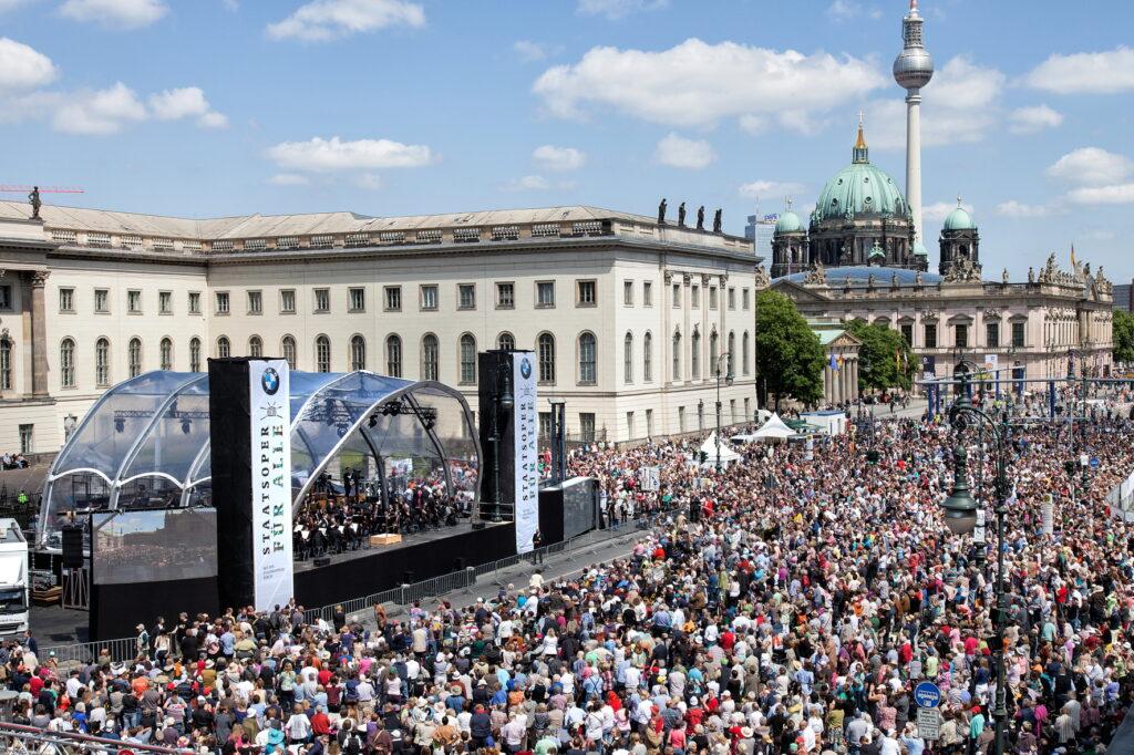 BMW celebra 50 anni con il mondo della cultura
