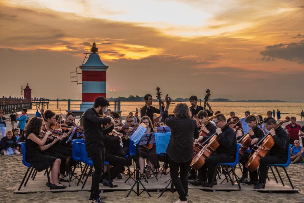 """Lignano Sabbiadoro all'alba del solstizio """"L'estate"""" di Vivaldi"""