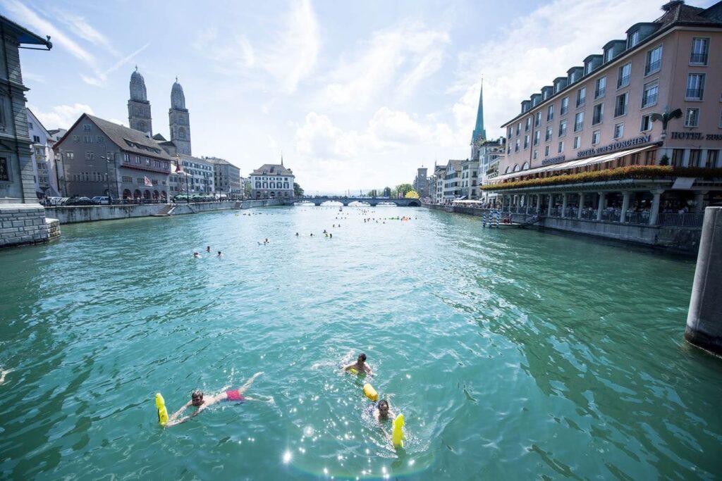 Zurigo, destinazione balneare con vista sulle Alpi